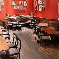 会社帰りや買い物帰りに利用しやすい気軽なテーブル席。天井が吹き抜けになっており、開放的な雰囲気です。