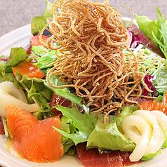 海鮮海藻の香ばしい揚げ麺サラダ
