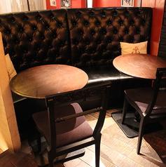 黒革のソファーが心地よいカップル向けのお席もご用意。少しライトダウンされた幻想的な空間。(※15時より喫煙可)