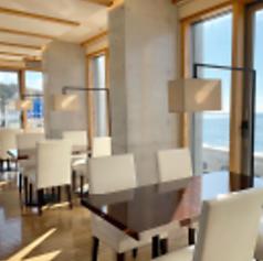 最大36名様までご利用いただけるテーブル席はお一人様はもちろん、2名様、4名様、6名様、8名様~などお客様の人数に合わせレイアウト自由にご案内いたします。