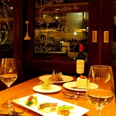窓際のテーブル席は夜になるとちょっぴりロマンチックな雰囲気に。大切な人と乾杯♪