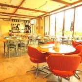 ゆったりしたソファー席やテーブル席に高い天井と、広いキッチン!入店した瞬間に、その店内の広さにびっくり。お酒も充実しているので、平日の会社帰りや休日のゆったりとした時間にロイヤルガーデンカフェでお酒はいかがですか。