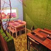 カラフルな壁が印象的なテーブル席。ご予約での利用がおすすめ!