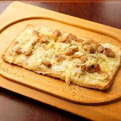 """ベーコンと玉ネギ、フロマージュブランのピザ """"タルト・フランベ"""""""