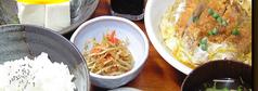 料理メニュー写真かつ煮セット(豆腐、おしんこ、小鉢、味噌汁、ライス付き)