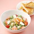 料理メニュー写真スモークサーモンのサラダとトーストのセット