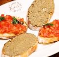 料理メニュー写真自家製パーネトスカーノを使った フレッシュトマトのブルスケッタと九州産華味鳥レバーペースト
