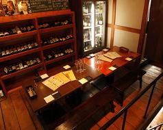 2階個室利用可。天高で開放感ありワインに囲まれ落ち着いたお席。8名様から12名様くらいでお使い頂ける個室です。