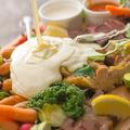 料理メニュー写真炭焼きチキンと彩り温野菜盛り合わせ