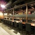【カウンター12席】会社帰りのサク飲みや、おひとり様でのご利用にお使いください☆目の前には中国の装飾がずらりと並んでいます。居心地の良い雰囲気とおしゃれな空間が人気なので、デートやご友人とのお食事にもおすすめです♪