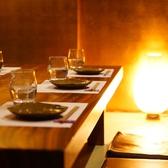 【6名様用 テーブル席】間接照明が優しく照らす落ち着いた雰囲気のテーブル席です。個室なので完全プライベートな空間をお過ごしいただけます。大小様々な個室がございますのでご利用のシーンに合わせてご対応致します!お気軽にご相談くださいませ。