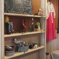 韓国の民族衣装チマチョゴリと店内を彩る雑貨もございます。