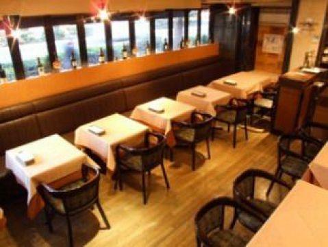 広々とした店内は暖かみのあるライティングとなっております。気軽に本格的なイタリアンを楽しんでください★テーブル席は宴会やデート、女子会、家族とのお食事など様々なシーンに対応できます!