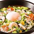 料理メニュー写真半熟玉子のシーザーサラダ