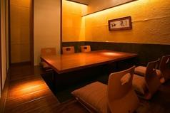 ご宴会はもちろん、接待や顔合わせにも最適な完全個室。2~16名様までご利用が可能です。※ディナータイム個室利用料300円(税別/お一人様)~500円(税別/お一人様)(ご利用人数にて変動)頂戴しております。
