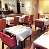 鮮やかな赤を基調に、オフホワイトとバレンシアオレンジの店内で異国のカフェレストランへと誘います。