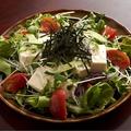 料理メニュー写真豆腐としらすのサラダ/ハムサラダ