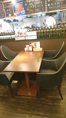 4名様用のお席です。状況に応じてテーブルをつなげて6名様のお席にすることも可能です。お席は禁煙となっています。