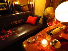 アンティークに囲まれた半個室のお洒落なカップルシート