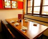 2F奥テーブル席。窓際の少し隠れ家的な席は6名様からご用意できます。