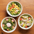 料理メニュー写真無料の3種のトッピング付きサラダ各種