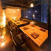 新橋の夜景を見渡せる個室で、優雅に宴会をお愉しみいただけます。温かみのある照明やインテリアは、日常の喧騒、忙しさを忘れさせてくれるゆったり空間を演出し、いつもと少し違ったお洒落な宴会に◎大人数での宴会や飲み会は、宴会個室のある当店にお任せください!!