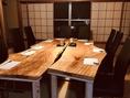 お座敷に天然一枚板のテーブルと黒を基調としたイスを完備!心地良さに配慮された、和の趣きを感じる和モダンな空間。接待な大事な日などにもご利用くださいませ。