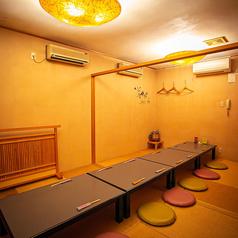 3名様から6名様でご利用できるお座敷の個室。※仕切り上部に空間がございまず。