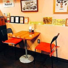 【4名テーブル1卓、2名テーブル3卓ございます】お写真は店内奥の2名テーブルです♪