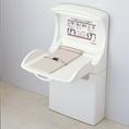 男女トイレの他に、多目的トイレもございます。赤ちゃんのオムツ替え、車椅子の方の手すりなども備えています。