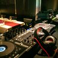《最新型DJブース》パーティーには音楽は必須ッ♪お好きな曲を流せるのも貸切ならでは☆赤を基調としたゴージャスな空間は最新機材から、カラオケまで全てフリー。ターンテーブルはクラブシーンでも人気のCDJ-850を設置音響・照明・映像でライブ感あふれる演出も可能。素敵なパーティをお約束致します。