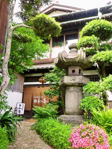 """関門海峡を見晴らす壮麗な建物で、フレンチに""""和""""を取り入れた創作懐石料理を。"""