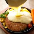 料理メニュー写真1ポンド!!塊肉ハンバーグの熱々鉄板チーズがけ