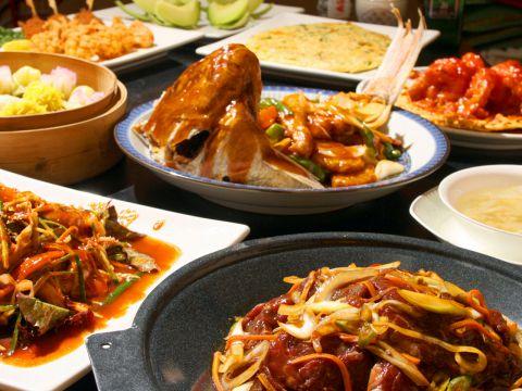 ゆったり落ち着く店内で、本場家庭料理を。中華から韓国料理までレパートリー多彩♪