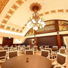 メインフロアは、天井が高くゆったり過ごせる雰囲気です★全館貸切は400名様まで収容可能!!