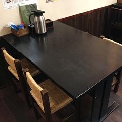【4名テーブル】みんなでワイワイ愉しむのに最適な4名様までのテーブル席