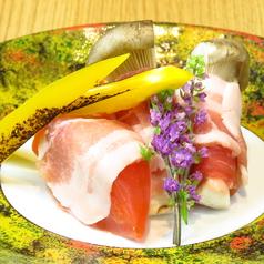 料理メニュー写真香心ポークの豚巻き(トマト・山芋・エリンギ)