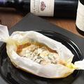 料理メニュー写真丹波地鶏とトマトとブルーチーズの紙包み焼き