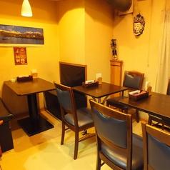 2~4名掛けテーブル席。仲間同士でわいわい楽しめます♪貸切りのご予約は10名様~お得な食べ飲み放題コース2700円予約受付中★