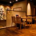 2階は開放的なテーブル席。デートや仕事終わりのお食事に♪