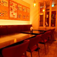 【入ったらすぐ、広々テーブル席】テーブル席は、隣との距離も広く、ゆったりと♪