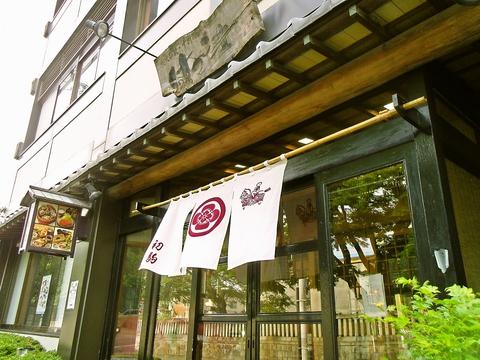 盛岡八幡宮の門前に建つ創業53年の店。少人数から団体まで利用できる。