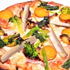 料理メニュー写真季節野菜たっぷりトマトソースの畑ピザ