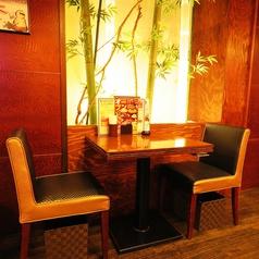 お2人様用の人気のテーブル席です!暖かい照明に照らされた竹に、金山に居ることを忘れちゃうかも?ご予約の際は「竹の前の席で!」とお伝えください☆