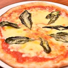 料理メニュー写真北海道産オーガニックモッツァレラと大葉のピザマルゲリータ