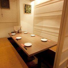 落ち着いた雰囲気の個室。大人数でワイワイ騒ぐのもOK、数人で語りあうのにもOK!どんなシーンにもご対応いただけるおすすめの個室です。最大3時間の宴会が可能です。銘柄焼酎・銘柄日本酒付プレミアム飲み放題もご予算・ご利用シーンに応じてご検討ください☆