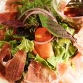 料理メニュー写真切りたて生ハムのサラダ