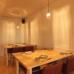 【1階】気軽に座れるテーブル席。会社の仲間との飲み会、デート、女子会にも使い勝手◎