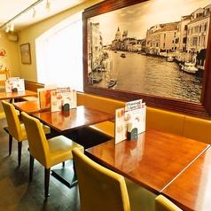 イタリアのミラノを思い起こさせる大きな絵が印象的な席です。デートにおすすめ