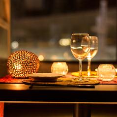 カップルに最適な窓際ソファー個室ございます。落ち着いた店内でゆったりデートはいかがでしょうか。。。記念日などに嬉しいメッセージ入りのデザートプレートもございます♪